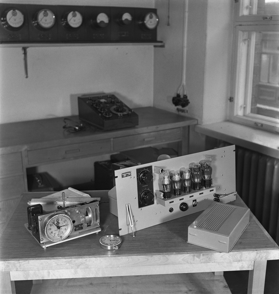 The Syncro-Clock time keeper,  Yleisradio's driving clock  and a kind of radio that received the time signal from the German hydrological institute's chronometer. A radio set which controlled  several time keepers in Yle's radio house, ca. 1945.