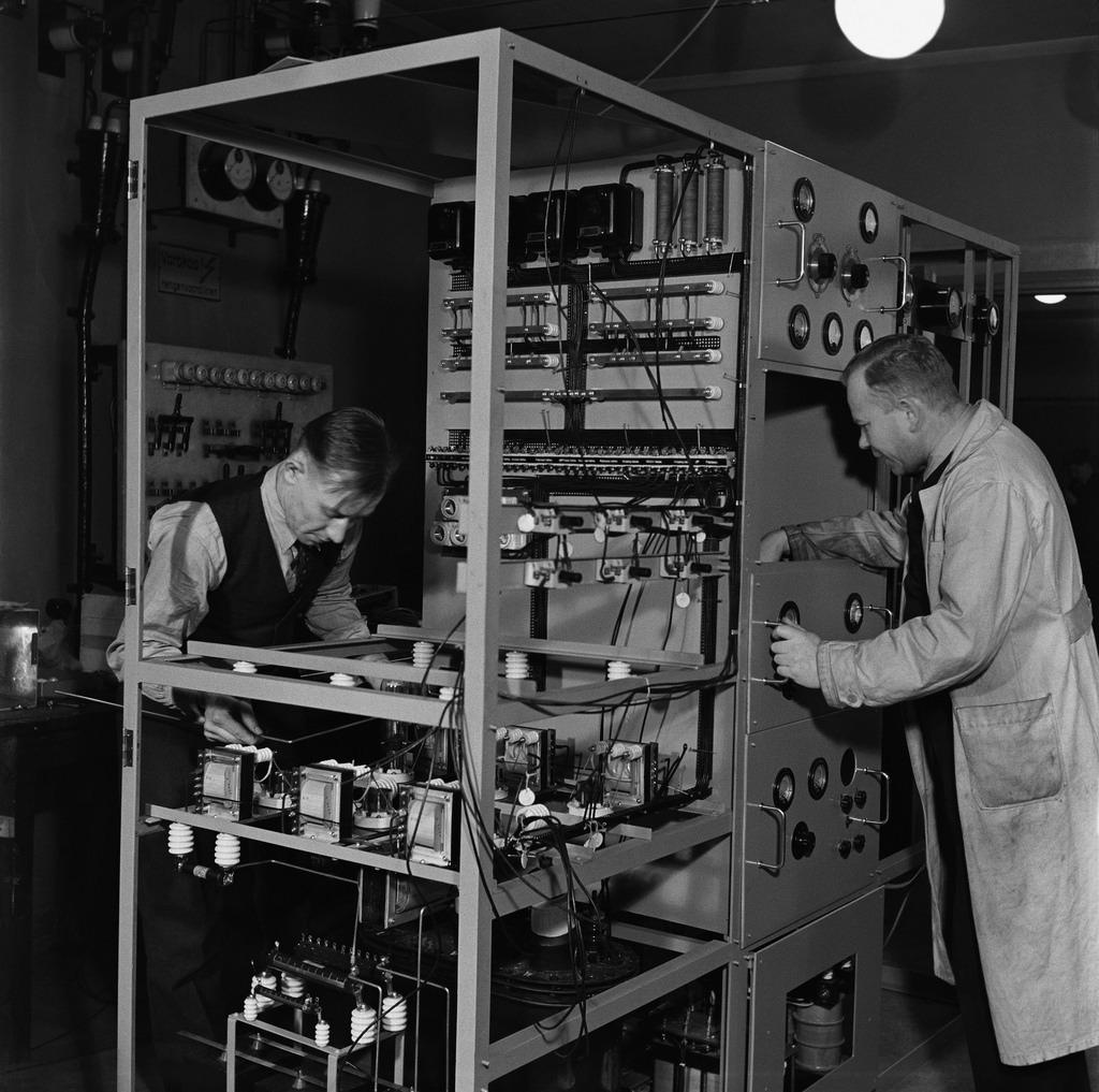 Two mechanics manufacturing a 1 kW medium waves transmitter in Yleisradio's workshop, ca. 1938.