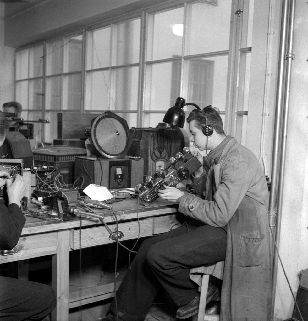 Yleisradio's repair workshop, ca 1930.