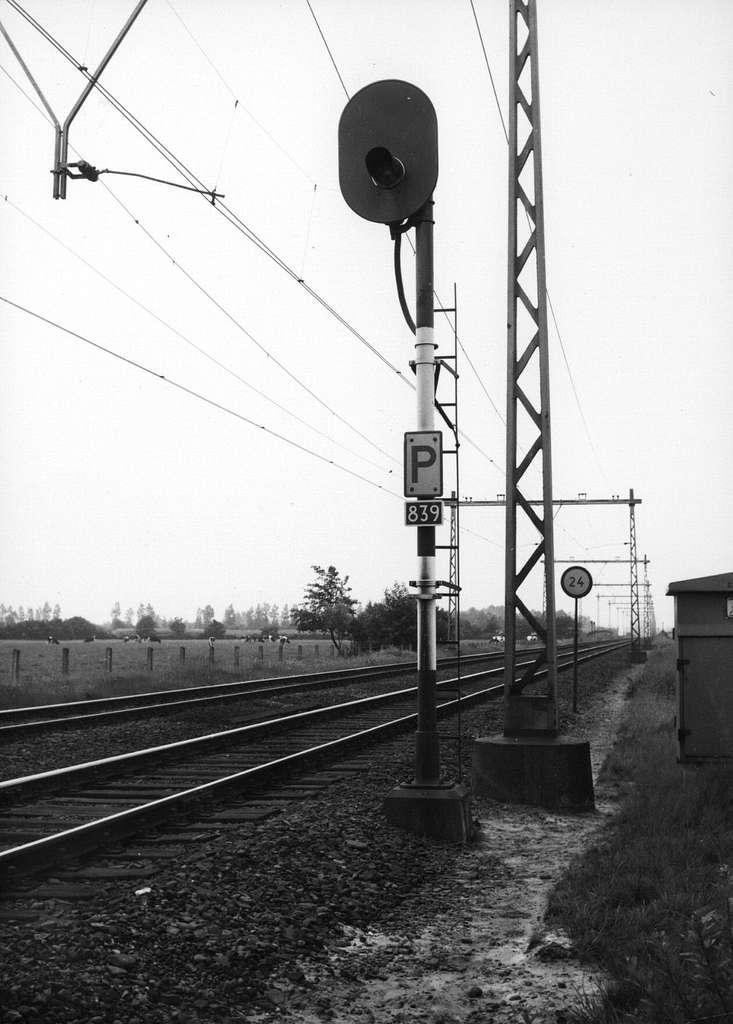 HUA-157396-Afbeelding van het hoofdsein nr. 839 (lichtsein met kleurenwisselaar) ter hoogte van km. 25.4 langs de spoorlijn tussen Nijkerk en Amersfoort, uit het noordoosten