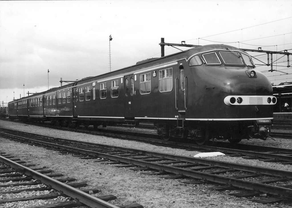 HUA-151229-Afbeelding van het diesel-electrische treinstel nr. 123 (DE 3, plan U) van de N.S.op het emplacement te Zwolle