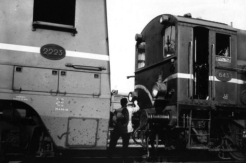 HUA-151546-Afbeelding van de diesel-electrische locomotief nr. 2223 (serie 2200-2300) van de N.S. en de diesel-electrische rangeerlocomotief nr. 643 (serie 600) van de N.S.op het emplacement te Zutphen