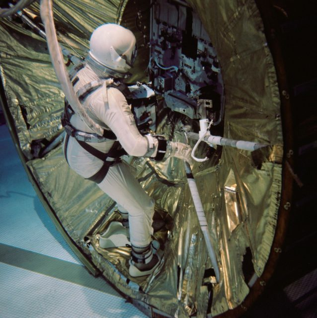 GEMINI-TITAN (GT)-12 - ASTRONAUT TRAINING - UNDERWATER - FOOT PLATES - MD