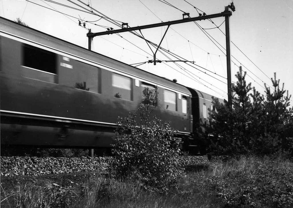 HUA-151001-Afbeelding van passerende rijtuigen in een getrokken trein van de N.S. ter hoogte van Maarsbergen