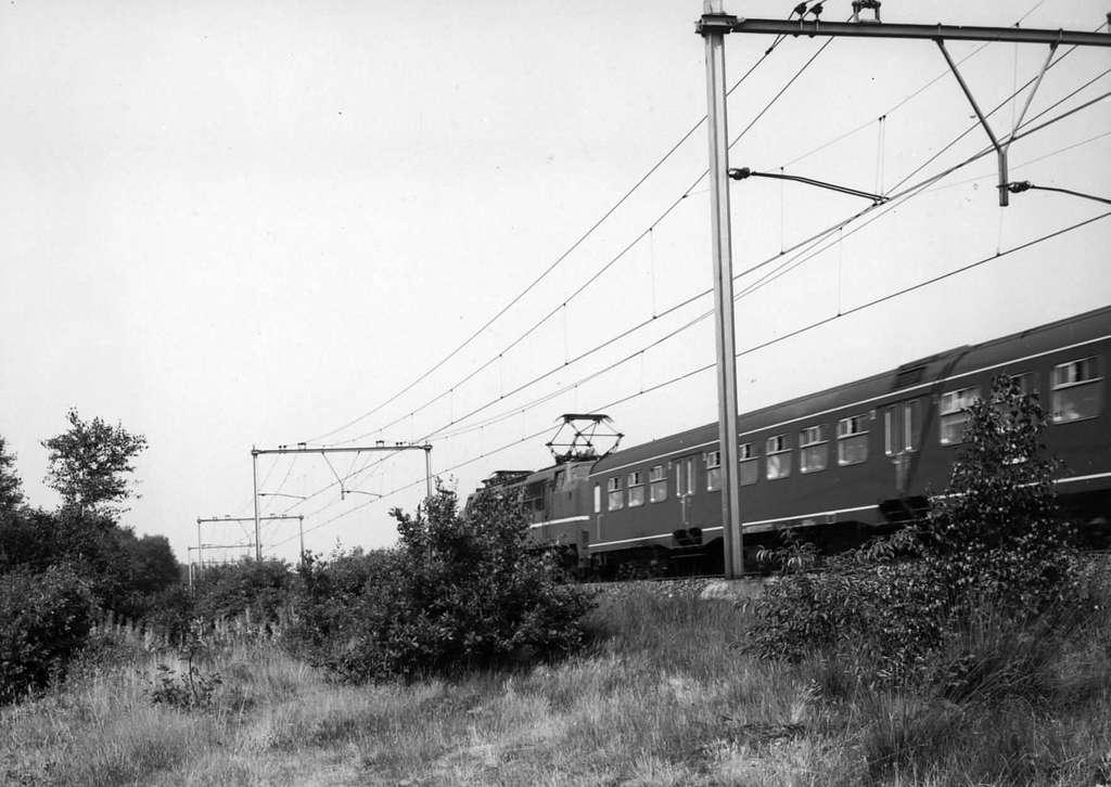 HUA-151004-Afbeelding van een electrische locomotief (serie 1200) met rijtuigen van de N.S. ter hoogte van Driebergen