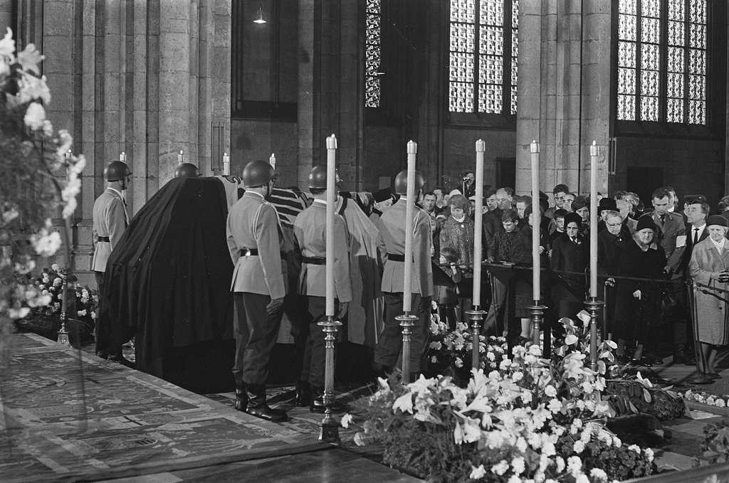 Begrafenis Adenauer, veel mensen brachten een laatste