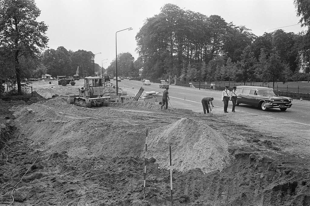 Autoweg voor Soestdijk wordt verbreed. Uitzicht machinist