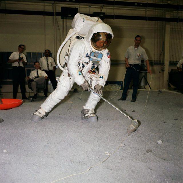 Armstrong - scooping sample - CREW TRAINING - APOLLO XI - MSC