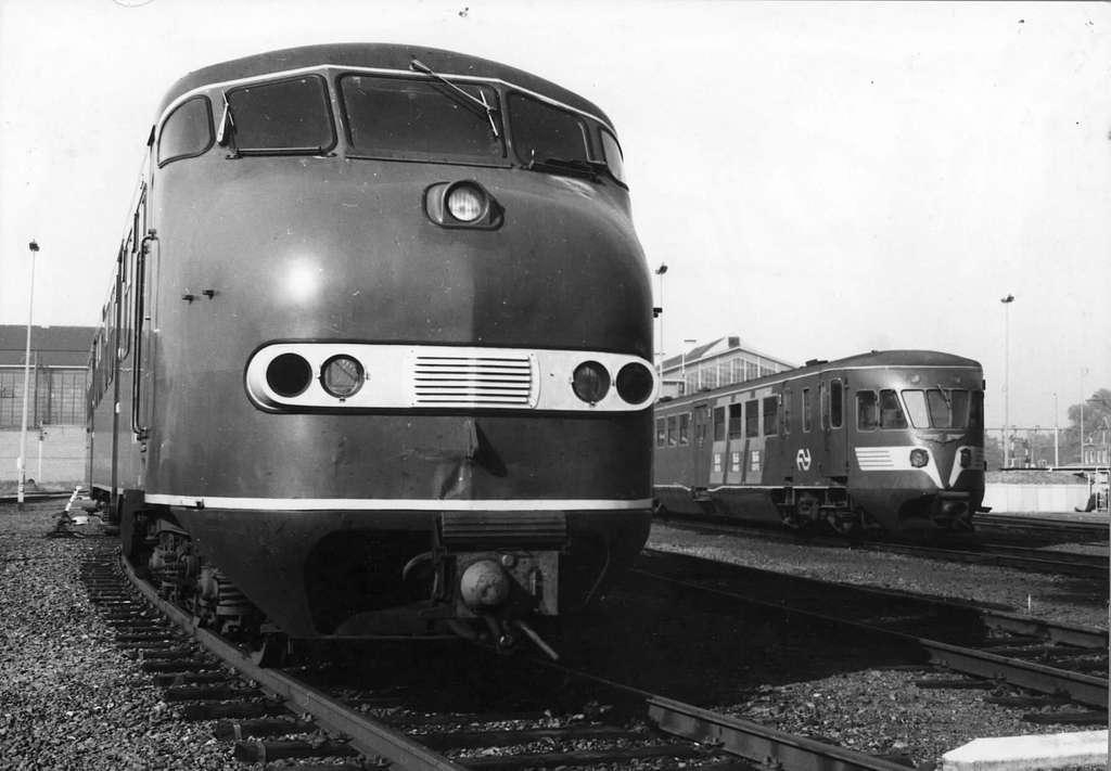 HUA-151217-Afbeelding van een diesel-electrisch treinstel DE 3 (serie 111-152-plan U) met op de achtergrond een diesel-electrisch treinstel DE 1 of DE 2 (Blauwe Engel) van de N.S. bij de werkplaats te Zwolle