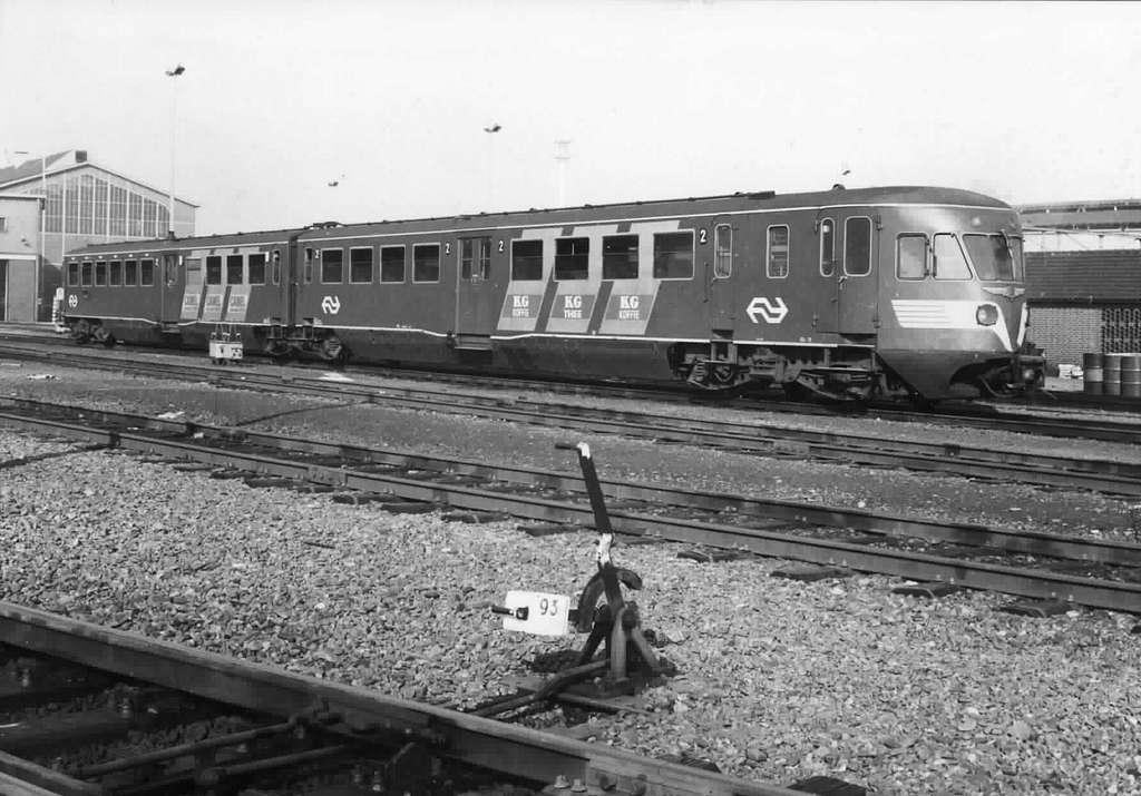 HUA-151222-Afbeelding van het diesel-electrische treinstel DE 2 nr. 70 (serie 61-106-Blauwe Engel) van de N.S. bij de werkplaats te Zwolle