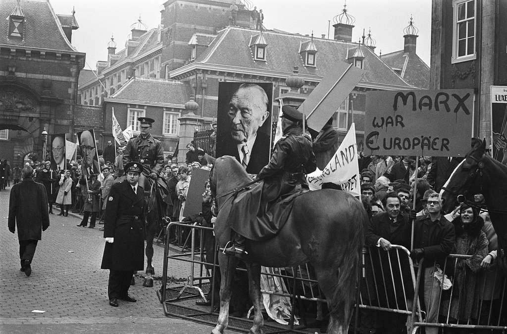 Demonstraties bij het Binnenhof Den Haag tijdens EEG-