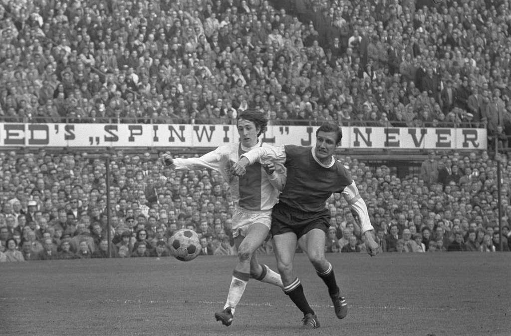 Feijenoord tegen Ajax 1-1 nr. 19 : Cruijff in duel