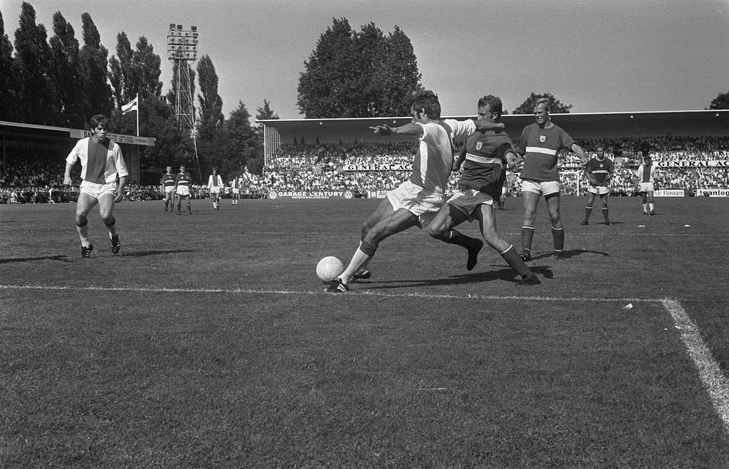 GVAV tegen Ajax 1-3, nr. 5: Krol (links) i.a.; nr.
