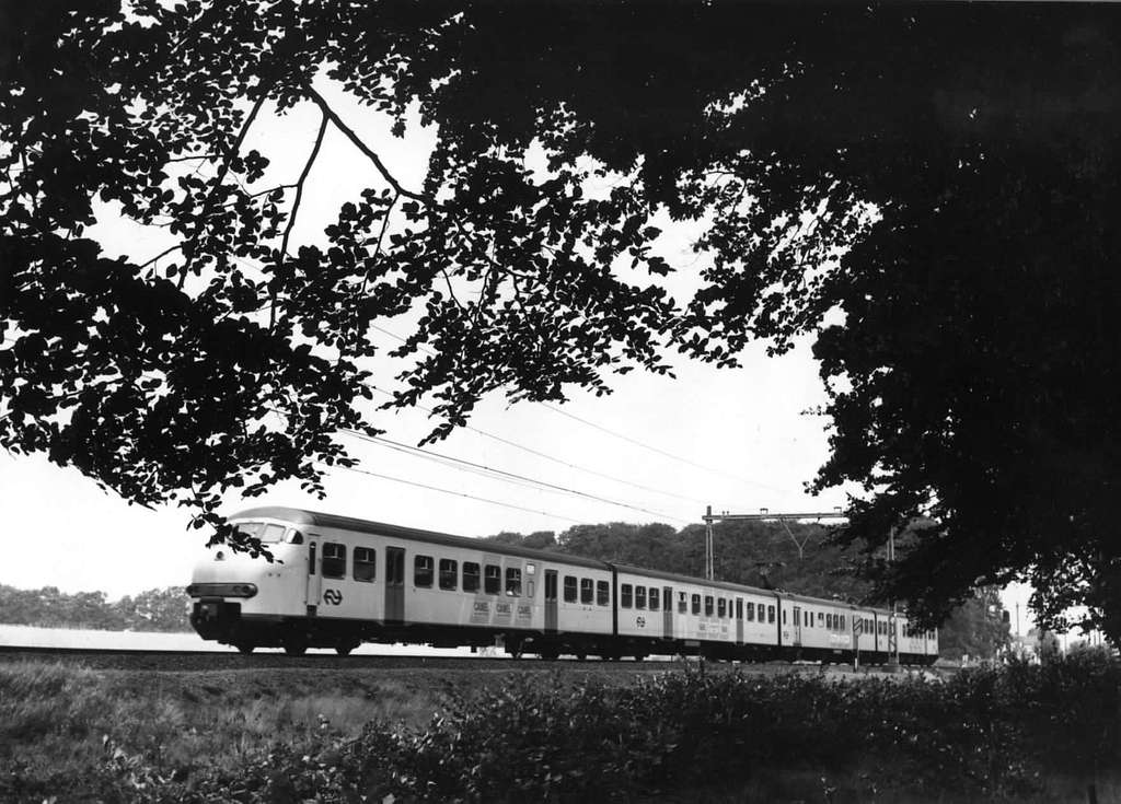 HUA-151039-Afbeelding van een electrisch treinstel plan T (mat. 1964) van de N.S. ter hoogte van Dieren (Ellecom)