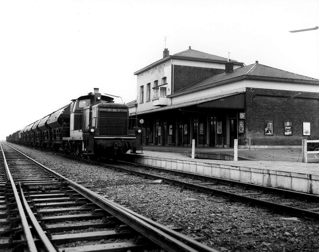 HUA-150539-Gezicht op de perronzijde van het NS station Nieuweschans te Nieuweschans met de diesel electrische locomotief nr 261 189 5 Baureihe 261 van de DB met
