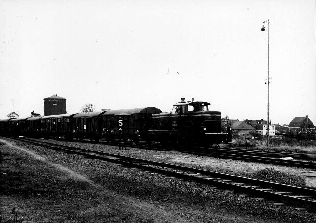 HUA-159932-Afbeelding van de diesel-electrische locomotief nr. 261 189-5 (Baureihe 261) van de D.B. met een goederentrein op het emplacement van het N.S.-station Nieuweschans te Nieuweschans