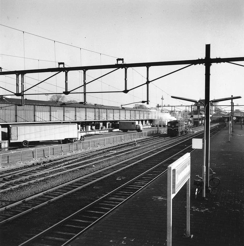 HUA-166758-Gezicht op het N.S.-station Leeuwarden te Leeuwarden, met op de achtergrond de loods van Van Gend & Loos
