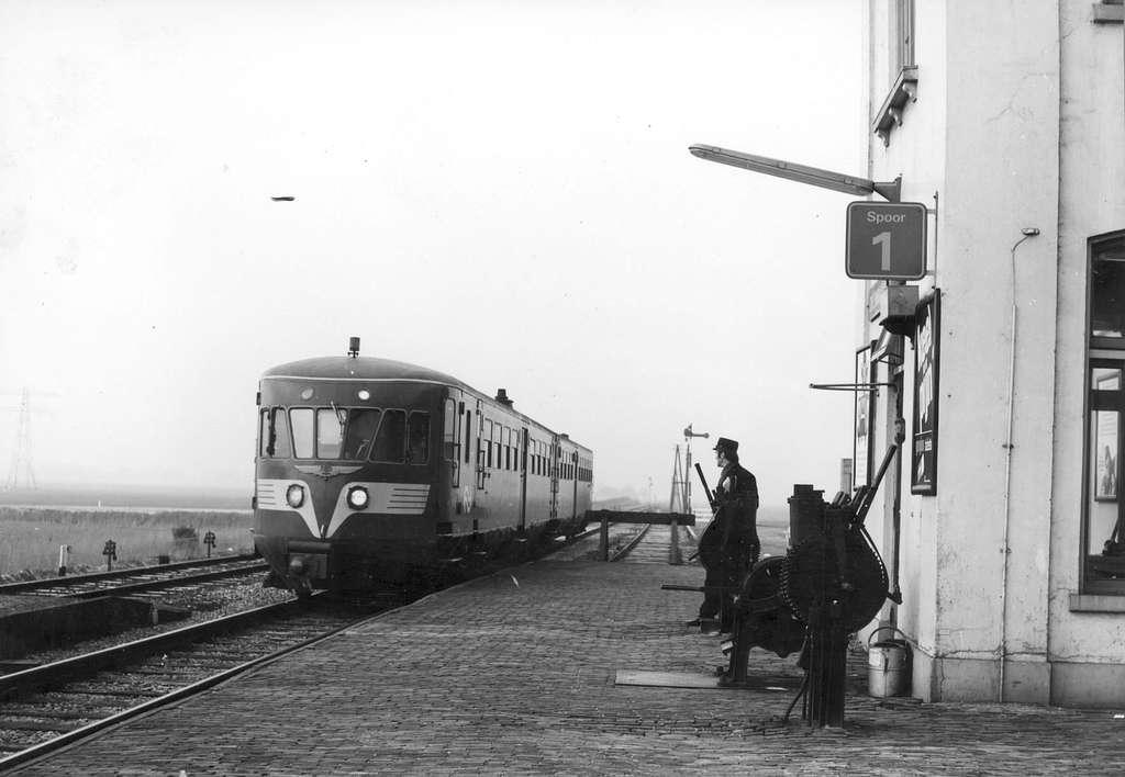 HUA-151341-Afbeelding van een diesel-electrisch treinstel DE 2 (serie 61-106 - Blauwe Engel) van de N.S. bij aankomst op het N.S.-station Dronrijp te Dronrijp
