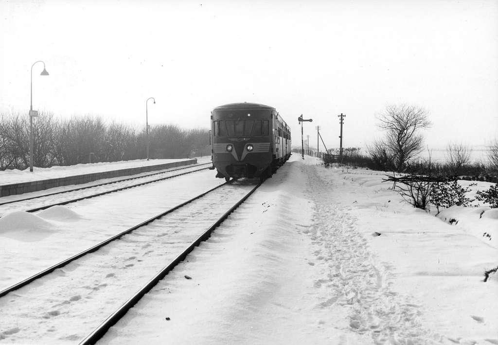 HUA-151344-Afbeelding van een diesel electrisch treinstel DE 2 serie 61 106 Blauwe Engel van het besneeuwde NS station Workum te Workum