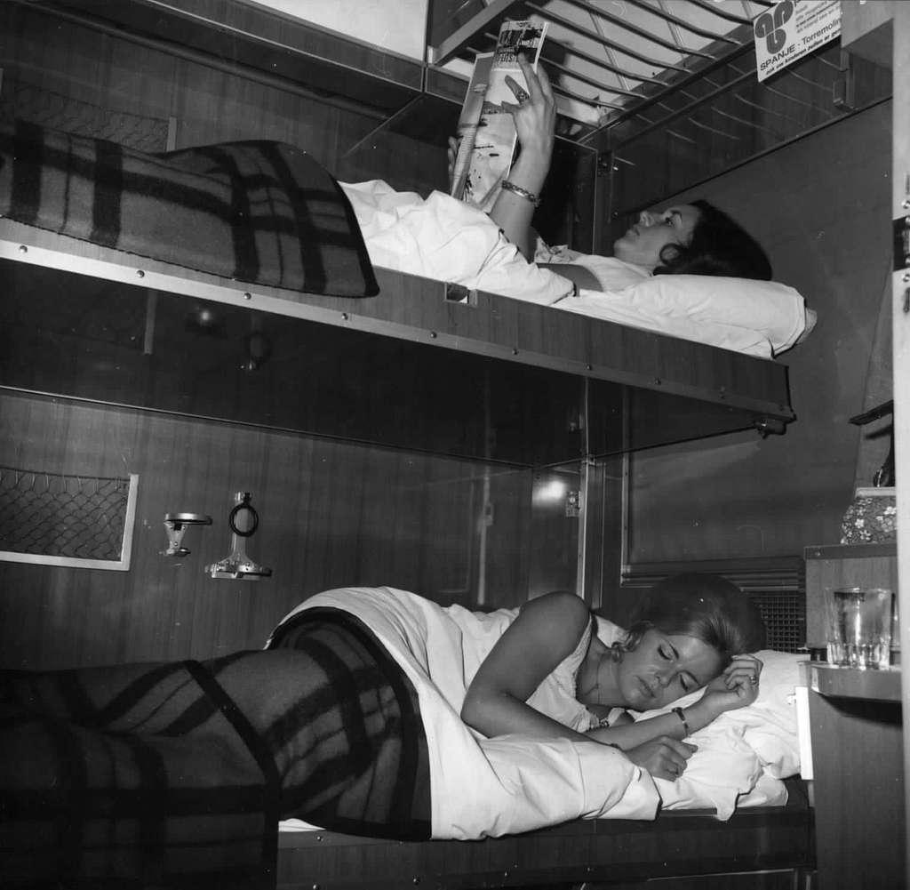 HUA-152129-Afbeelding van reizigers in de couchette van een ligrijtuig