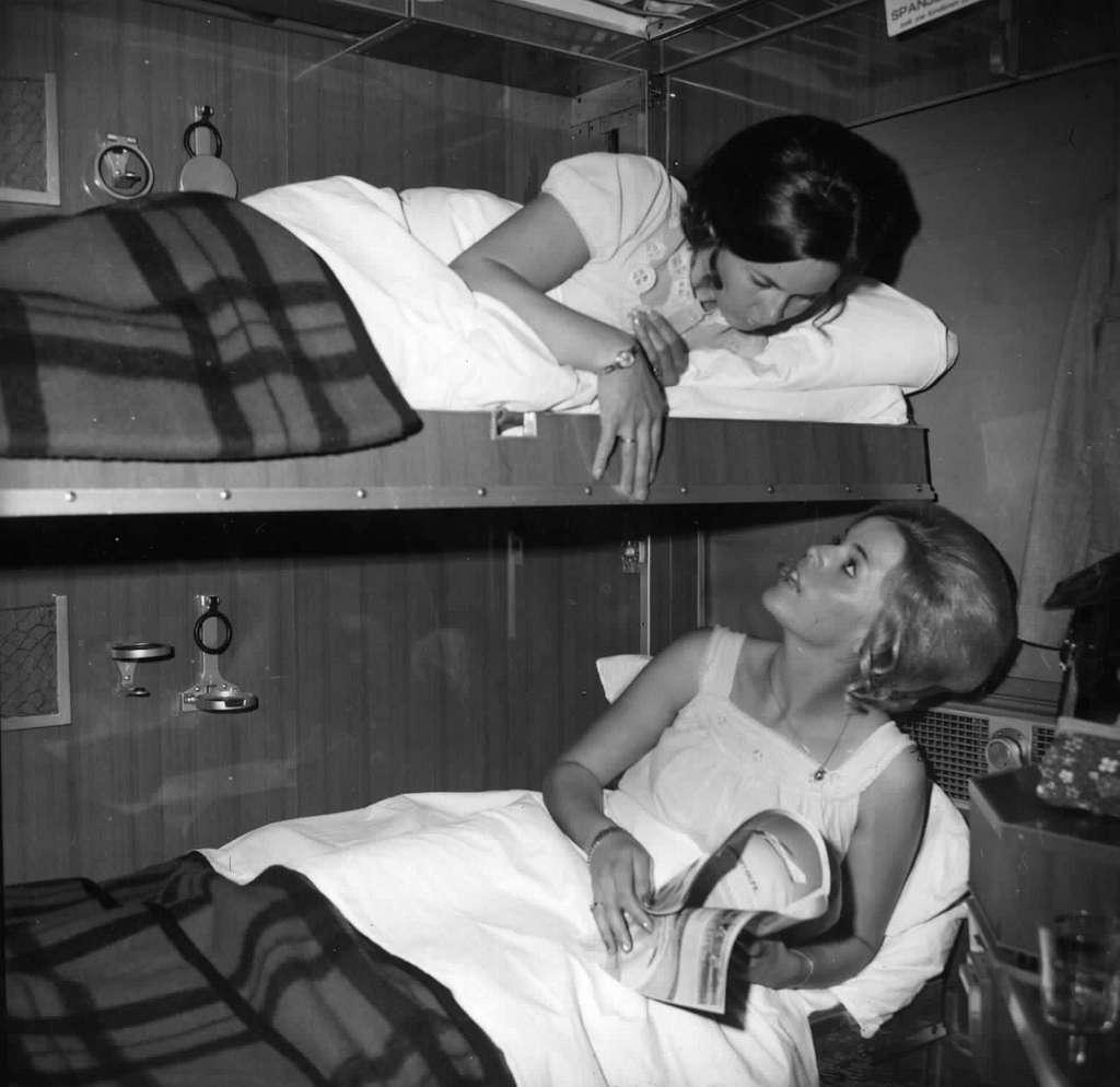HUA-152130-Afbeelding van reizigers in de couchette van een ligrijtuig
