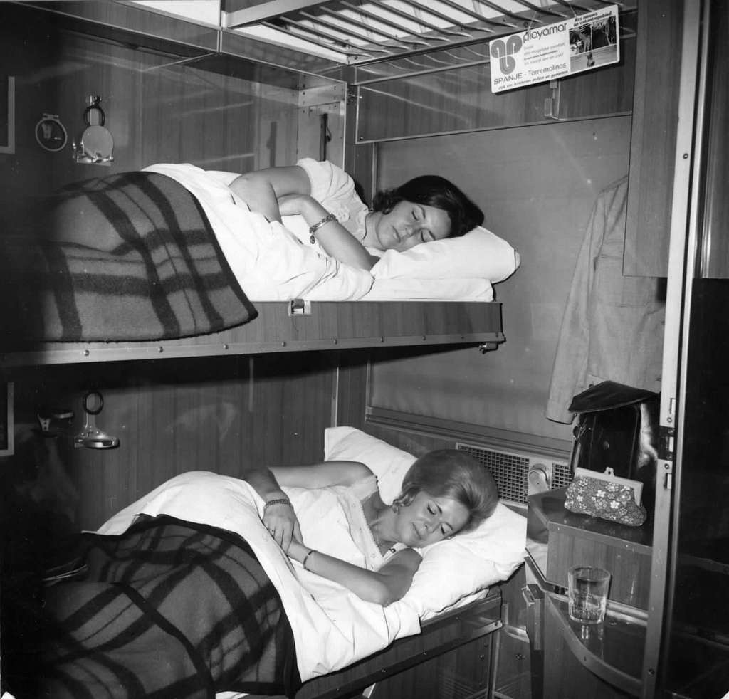 HUA-152133-Afbeelding van reizigers in de couchette van een ligrijtuig