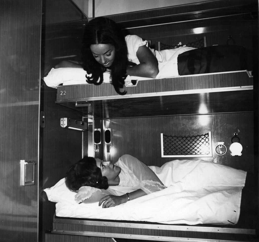 HUA-152138-Afbeelding van reizigers in de couchette van een ligrijtuig
