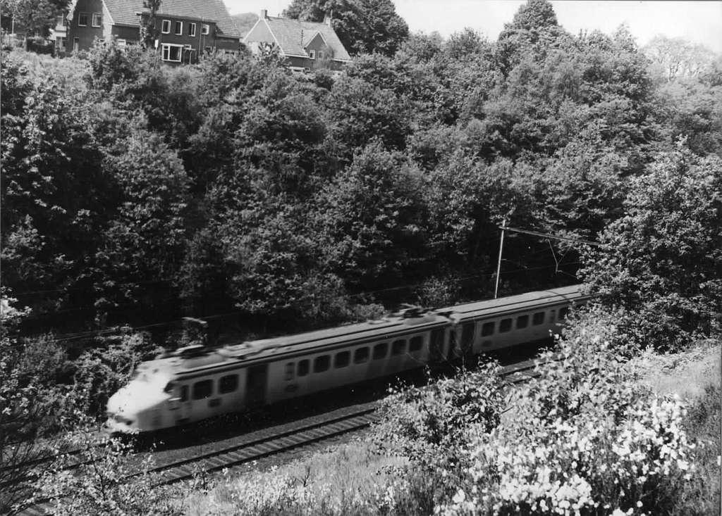 HUA-151057-Afbeelding van een electrisch treinstel mat. 1954 van de N.S. in de ingraving te Oosterbeek