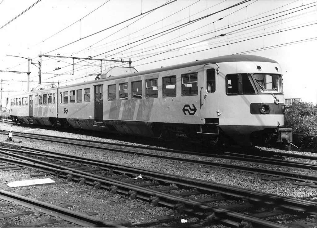 """HUA-151194-Afbeelding van het gerenoveerde diesel-electrische treinstel DE 2 nr. 88 (DE 2, serie 61-106 - """"Blauwe Engel"""" - plan X) van de N.S. (later omgenummerd als treinstel nr. 161)"""