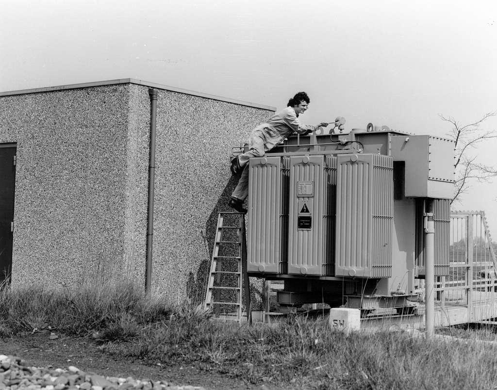 HUA-171711-Afbeelding van een monteur Electriciteitsvoorziening van de N.S. tijdens werkzaamheden aan een onderstation te Purmerend
