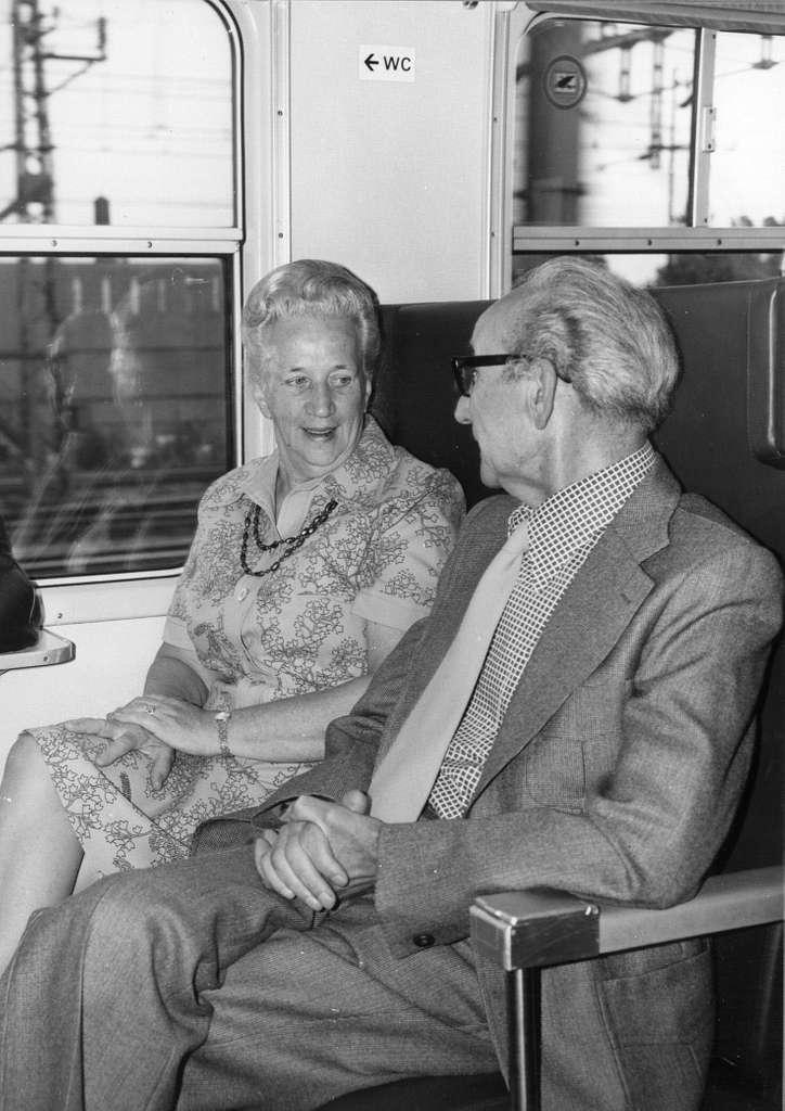 HUA-152925-Afbeelding van reizigers in een trein