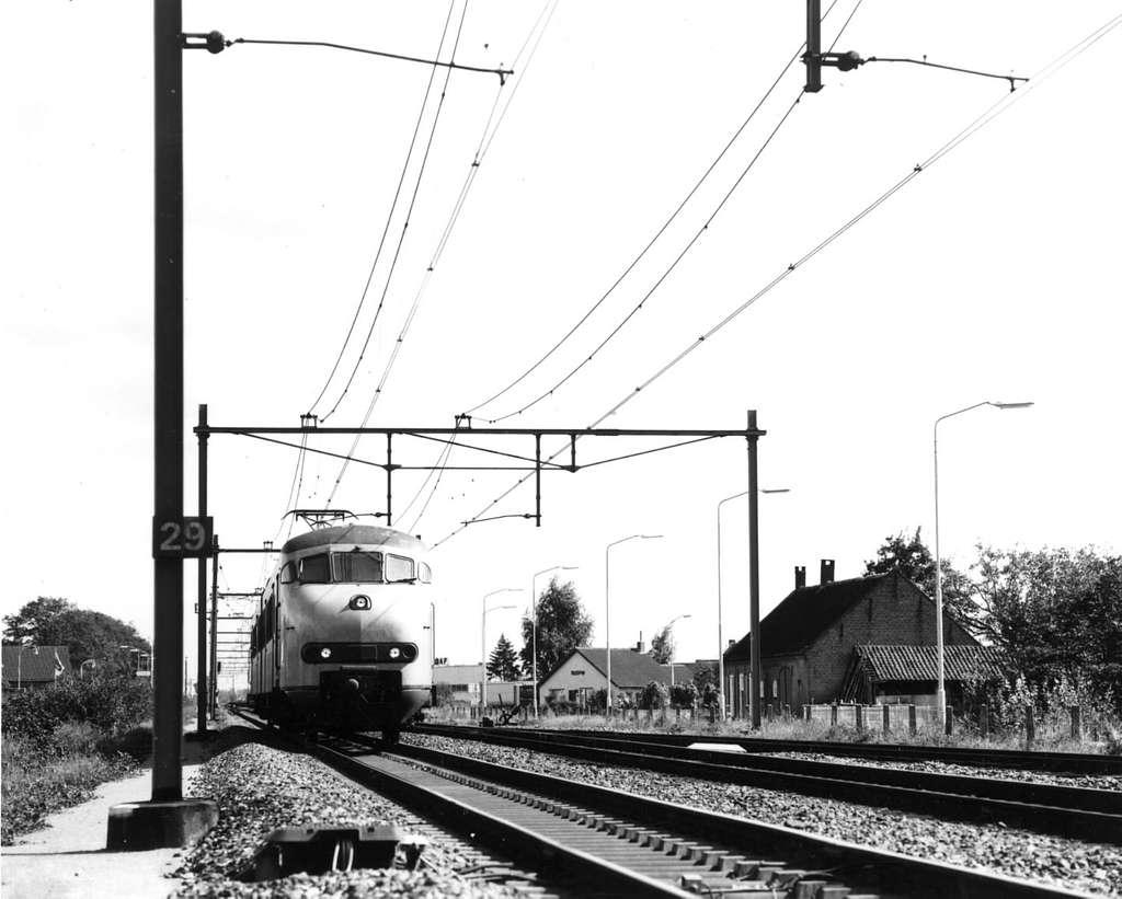HUA-151075-Afbeelding van een electrisch treinstel mat. 1964 (plan V) van de N.S bij Deurne