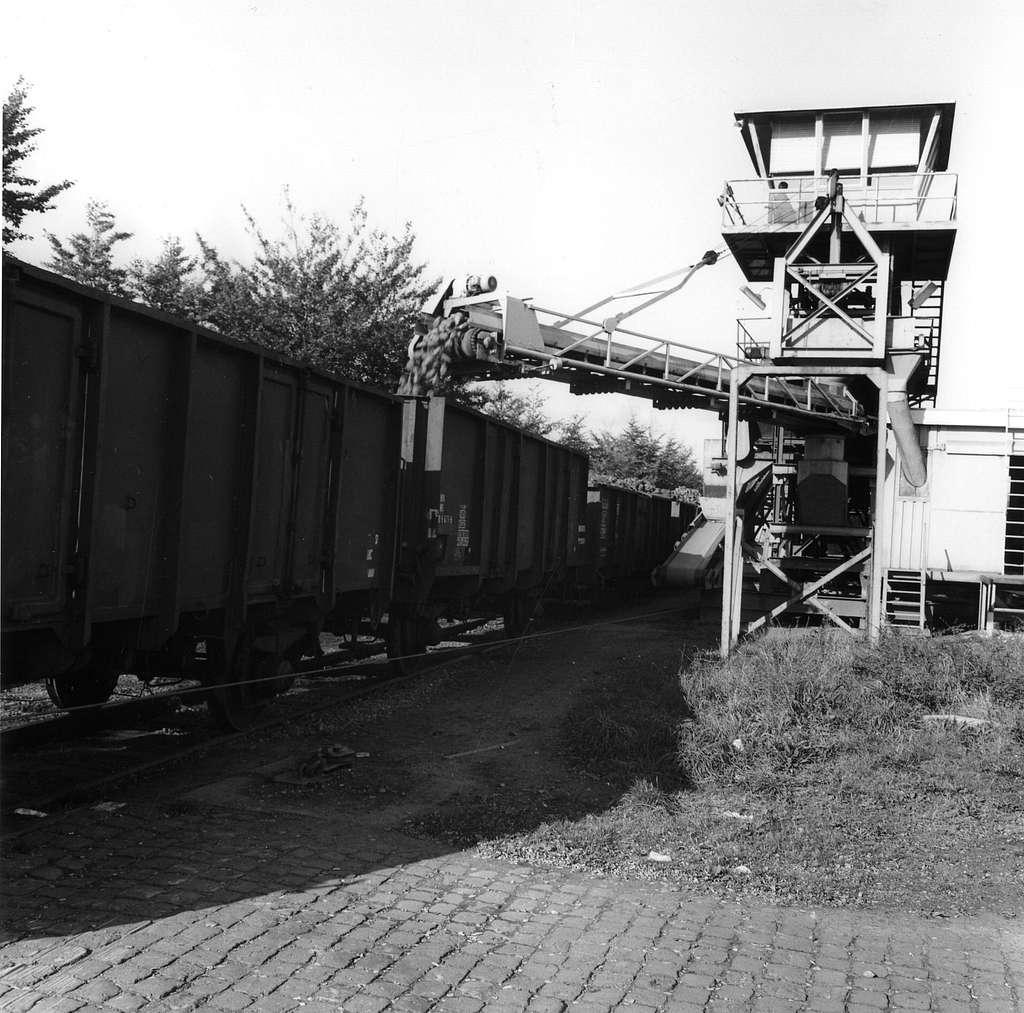 HUA-167055-Afbeelding van het overladen van bieten in open goederenwagens bij de overlaadinstallatie voor bieten van V.C.S. te Cuijk