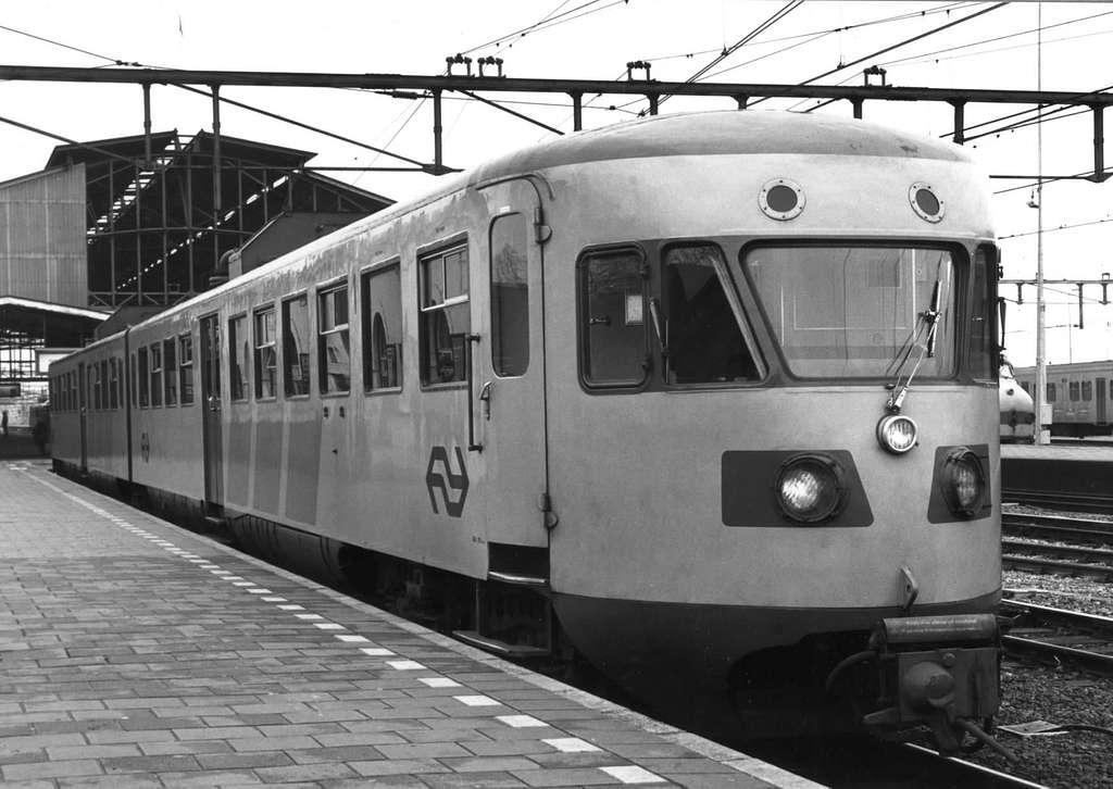 HUA-151202-Afbeelding van het gerenoveerde diesel-electrische treinstel DE 2 nr. 181 (oud nr. 99 van de serie 61-106-Blauwe Engel) van de N.S. te Zwolle