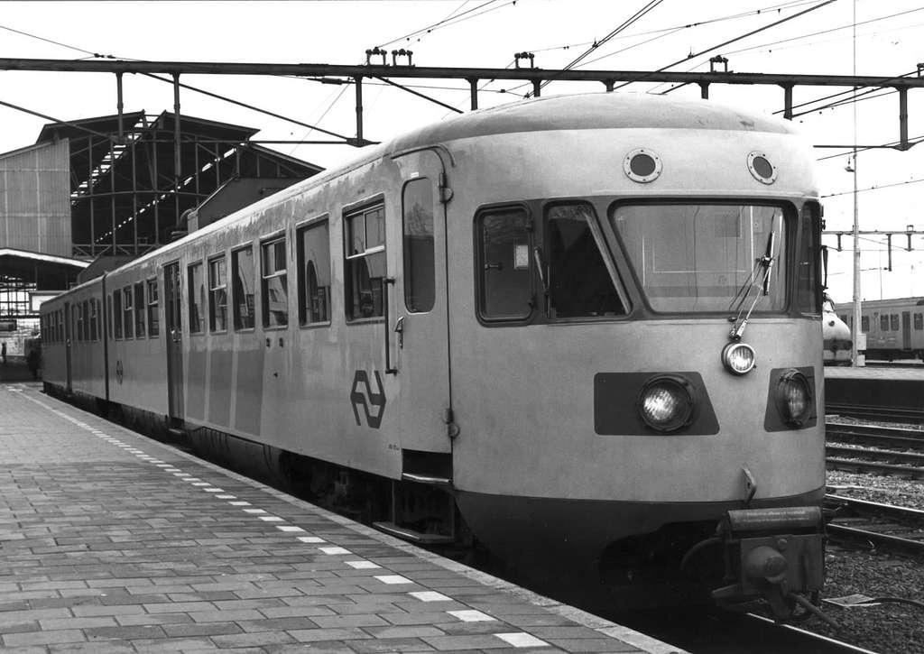 HUA-151203-Afbeelding van het gerenoveerde diesel-electrische treinstel DE 2 nr. 181 (oud nr. 99 van de serie 61-106-Blauwe Engel) van de N.S. te Zwolle