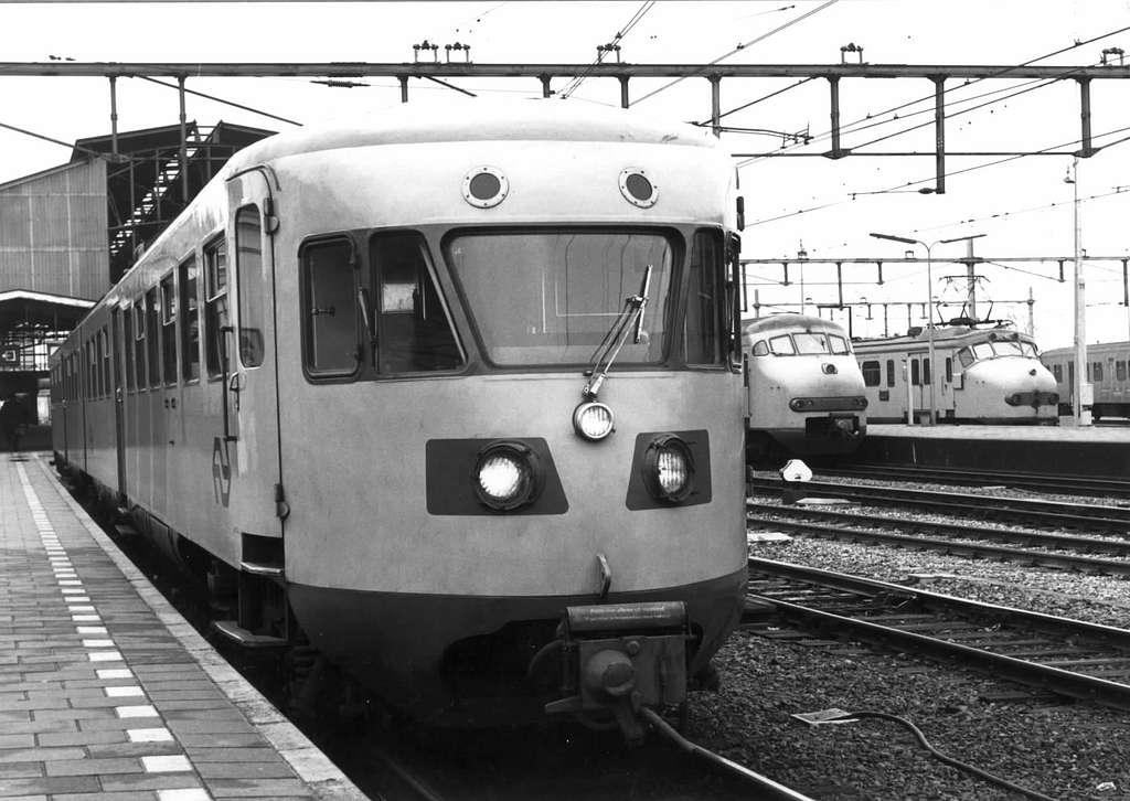 HUA-151204-Afbeelding van het gerenoveerde diesel-electrische treinstel DE 2 nr. 181 (oud nr. 99 van de serie 61-106-Blauwe Engel) van de N.S. te Zwolle