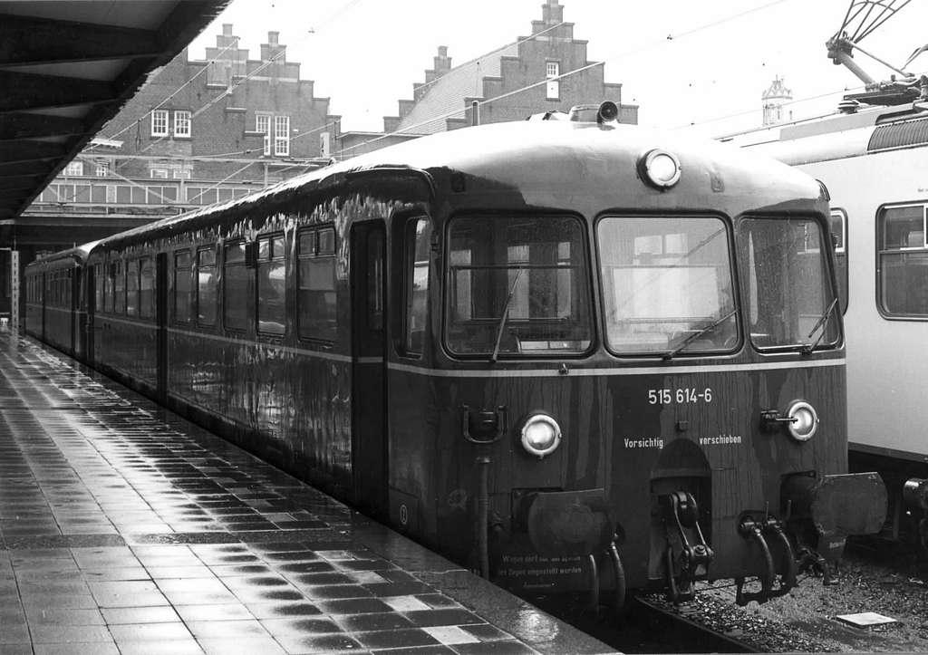 HUA-151216-Afbeelding van het accumulator rijtuig nr 515 614 6 ETA van de DB Deutsche Bundesbahn langs een perron te Maastricht verbinding Maastricht Aken