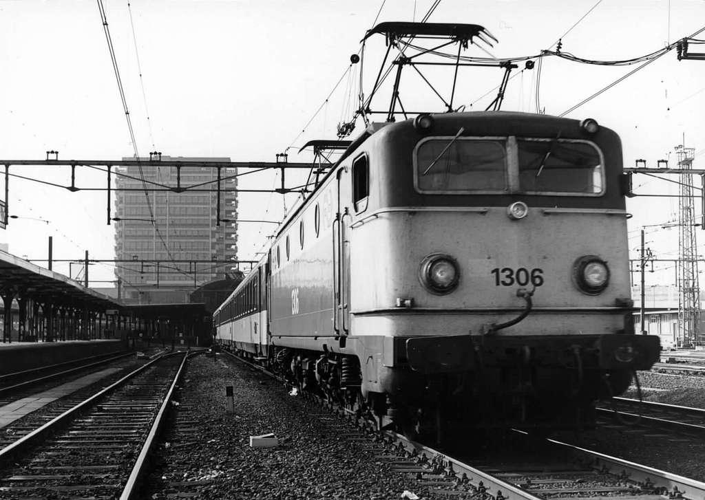 HUA-151572-Afbeelding van de electrische locomotief nr. 1306 (serie 1300) van de N.S.op het N.S.-station Utrecht C.S. te Utrecht