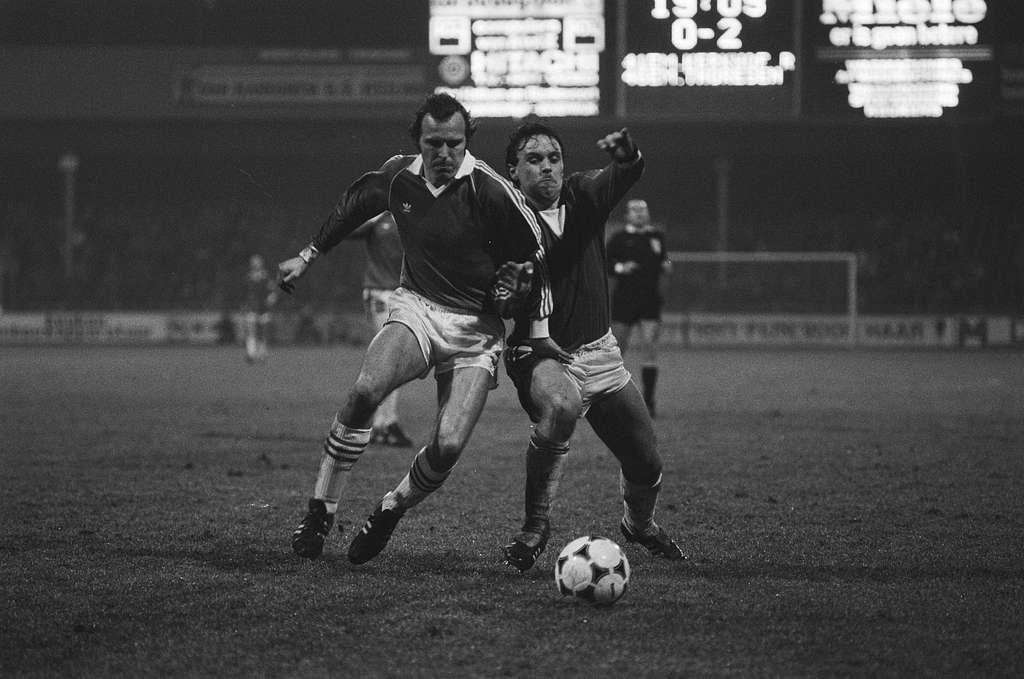 AZ 67 tegen PSV 0-2. Pier Tol (r.) (AZ) in duel met