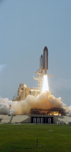 STS-30 Atlantis, OV-104, lifts off from KSC LC Pad 39B