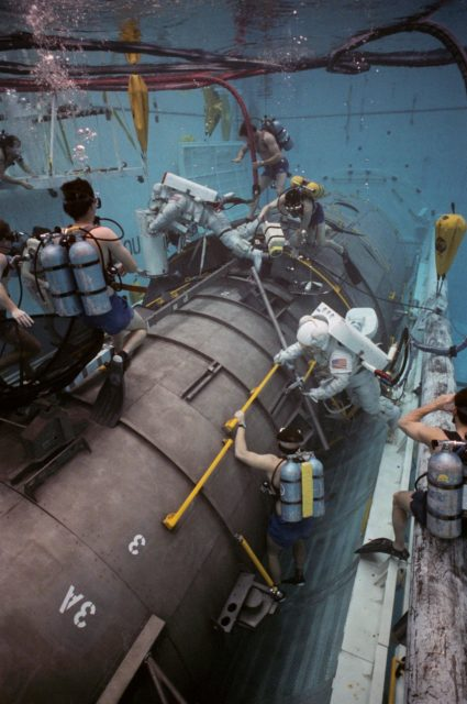 STS-31 MS McCandless and MS Sullivan during JSC WETF underwater simulation
