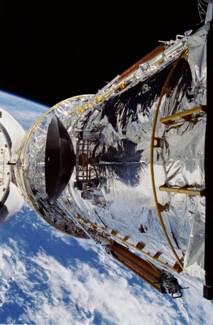Hubble Space Telescope (HST) above OV-103's PLB during STS-31 deployment