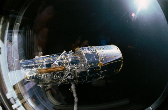 STS-31 pre-deployment checkout of the Hubble Space Telescope (HST) on OV-103
