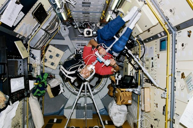 STS-47 Payload Specialist Mohri conducts visual stability experiment in SLJ