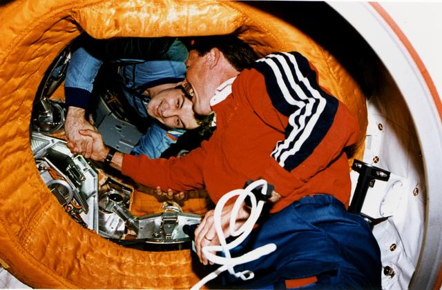 Astronaut Gibson Shakes Hands with Cosmonaut Dezhurov