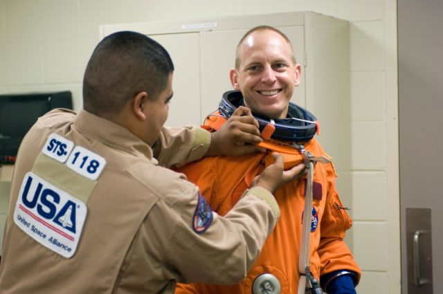 STS-118 Bailout Training with Expedition 15 Crewmember Clayton Anderson