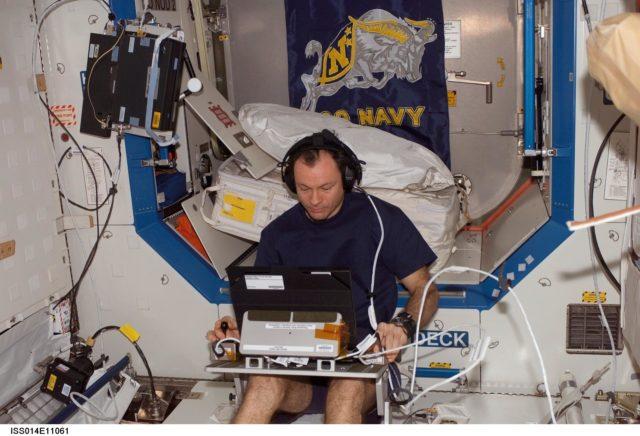 Lopez-Alegria with TRAC experiment in Destiny laboratory