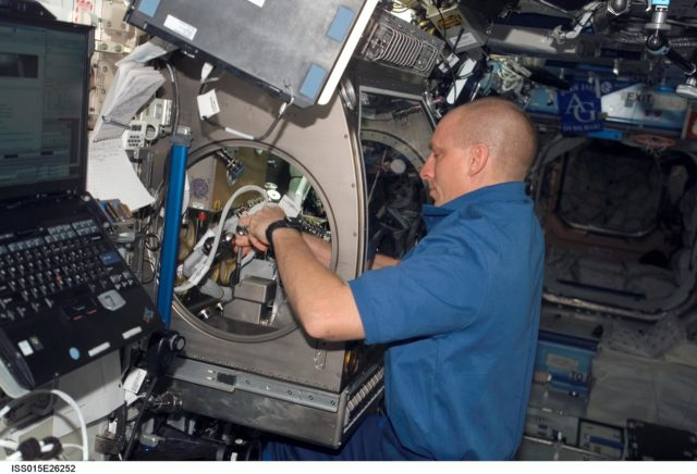 View of Anderson setting up SAME Hardware in the US Lab during Expedition 15
