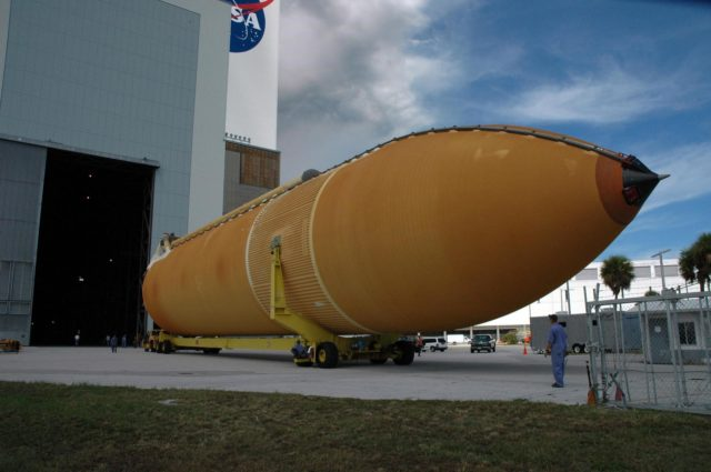 KENNEDY SPACE CENTER, FLA. --  On its transporter, external tank No. 125 moves toward the entrance in the Vehicle Assembly Building. The tank arrived at the Launch Complex 39 Area turn basin on the Pegasus barge from the Michoud Assembly Facility near New Orleans. The external tank will be used on space shuttle Atlantis for mission STS-122 targeted for launch on Dec. 6.  Photo credit: NASA/Troy Cryder KSC-07pd2469