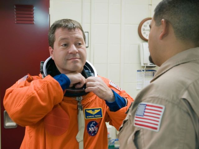 STS-130 crew with training teams & ASC/CAP/DES 91020 training in CCT-II